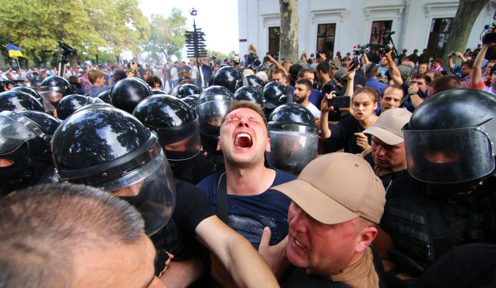Confrontos entre polícia de Odessa e manifestantes que exigiam a destituição do prefeito da cidade por causa da morte de crianças em um campo de férias