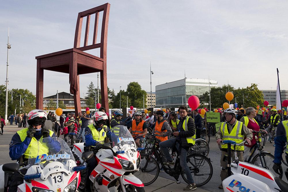 Polícia suíça observa manifestação de ciclistas em Genebra