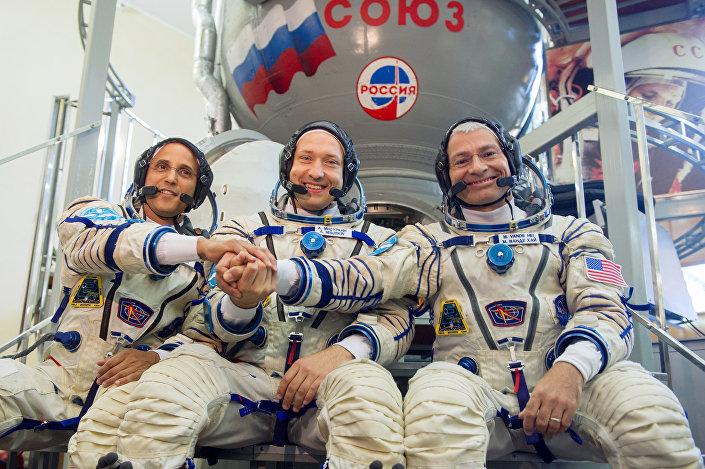Membros da expedição 53/54 à Estação Espacial Internacional (EEI): astronautas da NASA, Joseph Akaba (à esquerda), Mark Vande Hei (à direita) e o cosmonauta da Roscosmos, Aleksandr Misurkin (no centro), apertam as mãos antes do seu exame final  no Centro de Treinamento de Cosmonautas nos arredores de Moscou, 31 de agosto de 2017