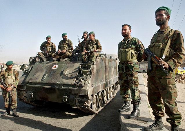 Exército Nacional de Cabul perto do tanque blindado em Cabul, Afeganistão em 30 de maio de 2006