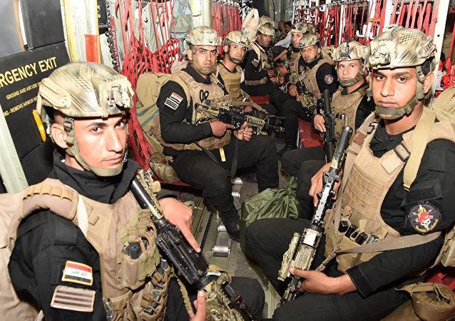 Soldados iraquianos desembarcam de um avião na província turca de Sirnak, como parte dos exercícios entre os dois países