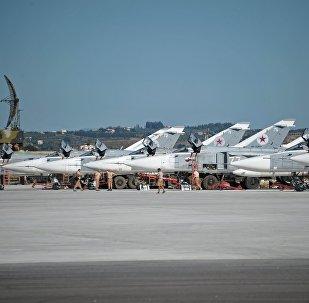 Bombardeiros Su-24 da Força Aeroespacial da Rússia na base aérea em Hmeymim, Síria (foto de arquivo)