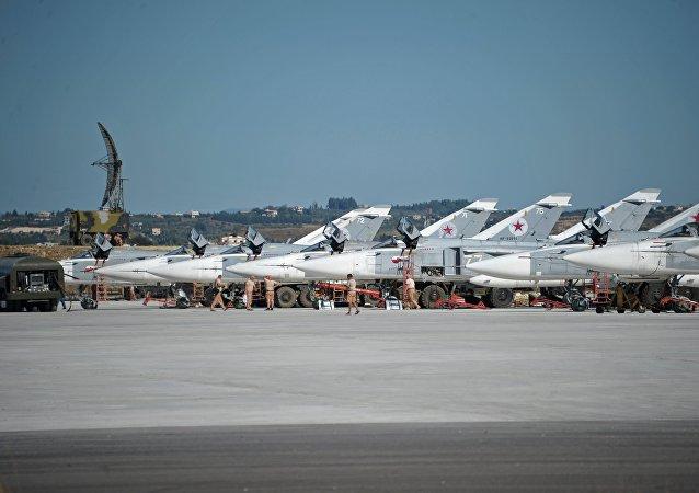 Bombardeiros Su-24 da Força Aeroespacial da Rússia na base aérea de Hmeymim, Síria (foto de arquivo)