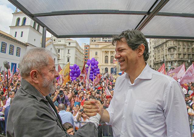 Lula e Fernando Haddad em comício durante a campanha eleitoral de 2016