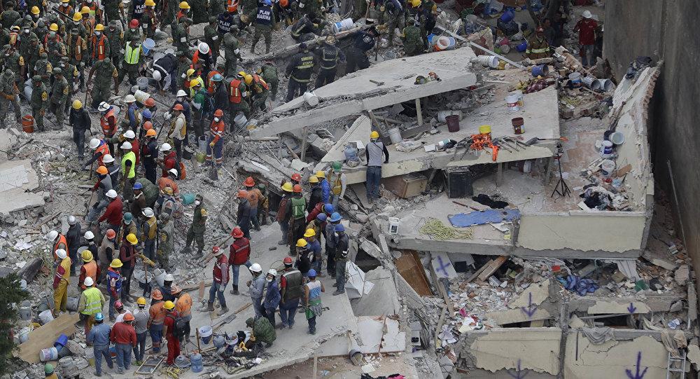 Equipes de resgate buscam por sobreviventes sob escombros de prédio na Cidade do México