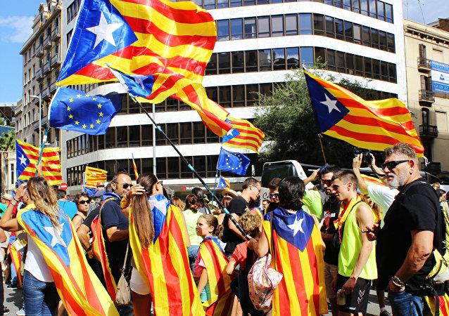 Participantes na greve nas ruas da Catalunha ao apoiar o referendo para independência e secessão da Catalunha da Espanha