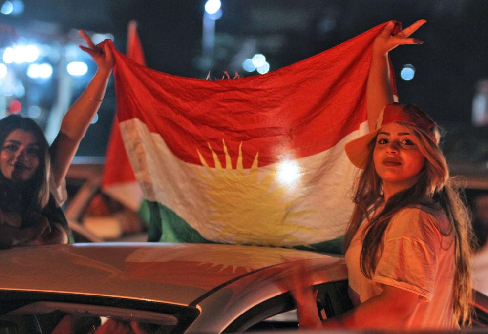 Meninas mostrando a bandeira curda durante celebrações nas ruas de Kirkuk após o referendo