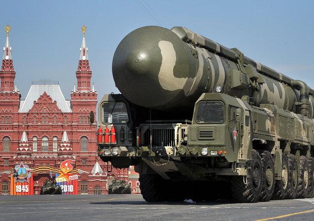 Sistema de mísseis Topol na Praça Vermelha, Moscou
