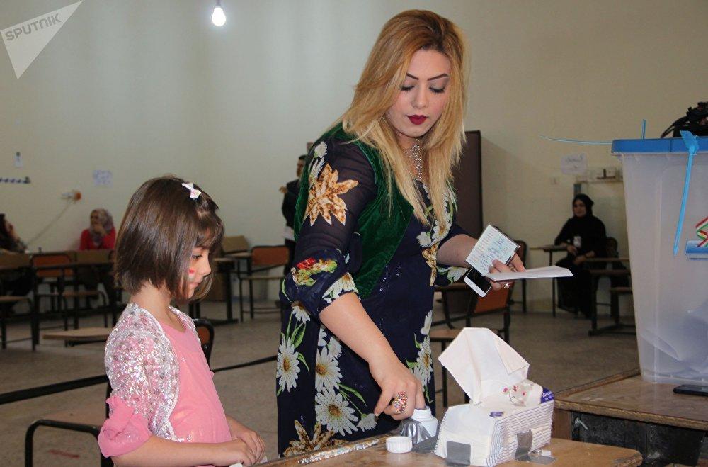 Processo de votação numa mesa de voto na cidade de Kirkuk, capital do Curdistão iraquiano