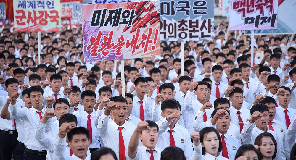 Estudantes norte-coreanos durante as protestas contra os EUA