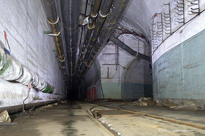 Dentro de uma base subterrânea