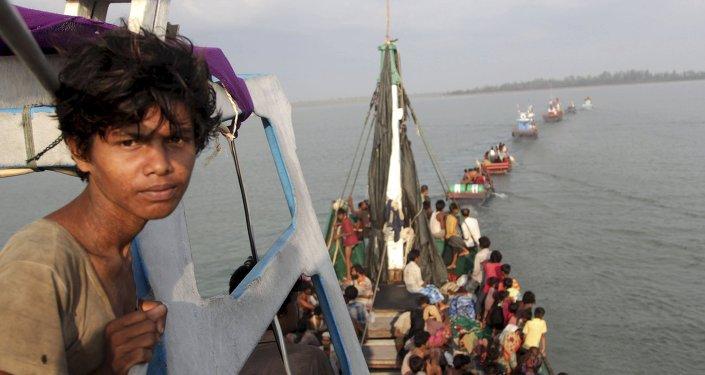 Um barco de pesca com migrantes rohingya e bengalis (foto de arquivo)