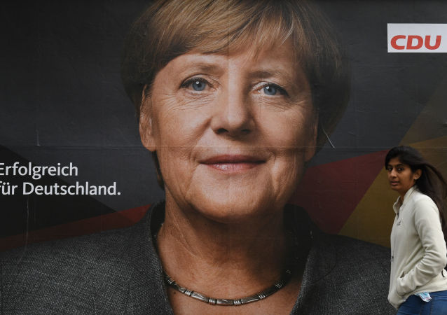 Cartaz com Angela Merkel em uma das ruas de Berlim na véspera das eleições parlamentares alemãs