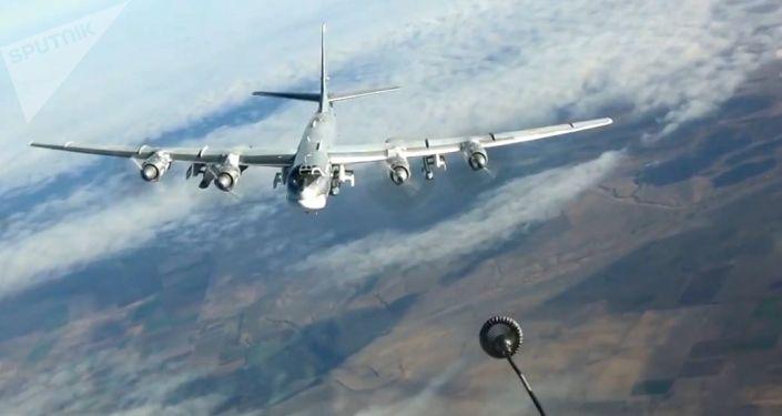 Reabastecimento no ar do bombardeiro russo Tu-95MS durante operação na Síria