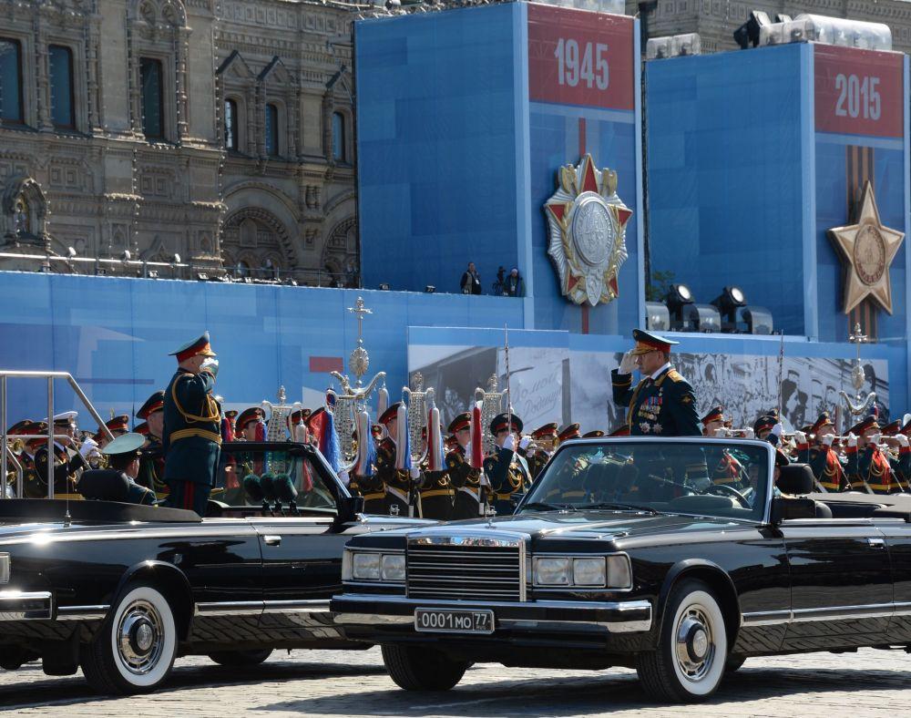 Comandante em chefe das Forças Terrestres da Rússia, coronel-general Oleg Salyukov e Ministro da Defesa da Rússia Sergei Shoigu durante o ensaio geral da parada militar em homenagem ao 70º aniversário da vitória na Segunda Guerra Mundial de 1941-1945.