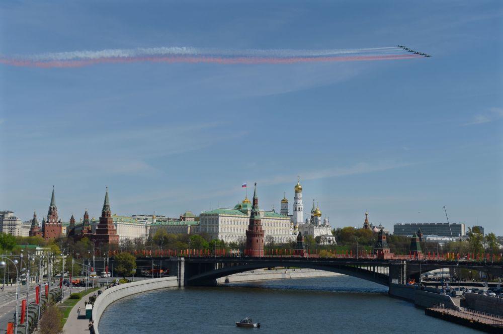 Caças Su-25 durante o ensaio geral da parada militar em homenagem ao 70º aniversário da vitória na Segunda Guerra Mundial de 1941-1945.