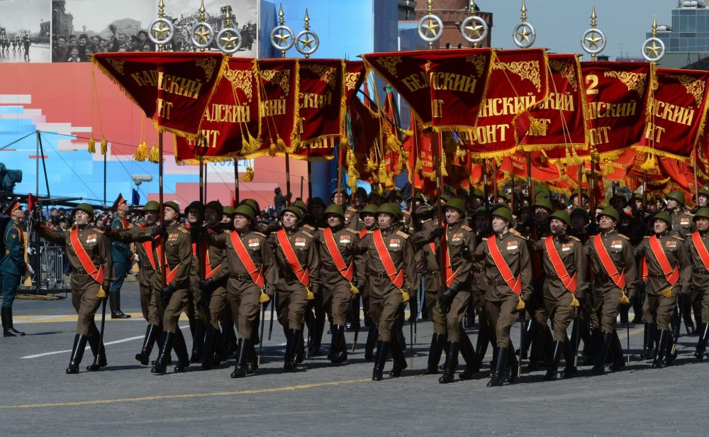 Soldados com bandeiras comemorativas durante o ensaio geral da parada militar em homenagem ao 70º aniversário da vitória na Segunda Guerra Mundial de 1941-1945.