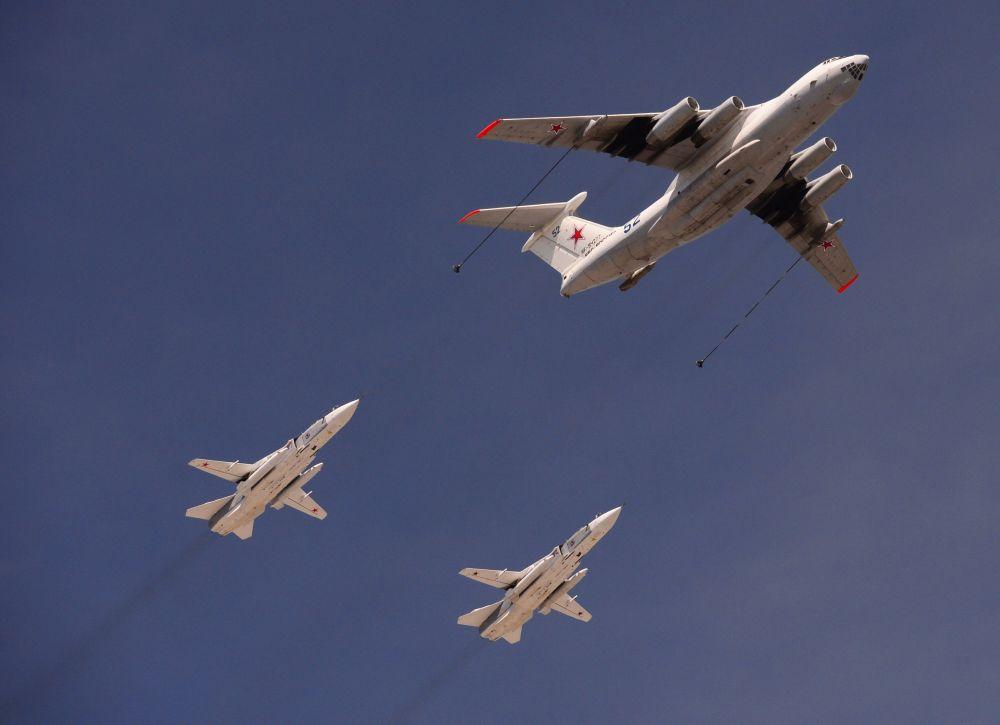 Aviões Il-78 e Su-24 ensaiam para a Parada da Vitória de 9 de maio, em Moscou.