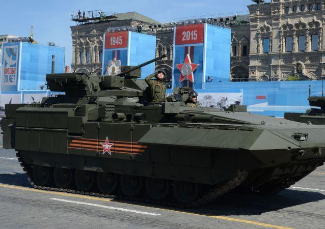 Novo veículo blindado na base de Armata durante o ensaio geral da parada militar em homenagem ao 70º aniversário da vitória na Segunda Guerra Mundial de 1941-1945.
