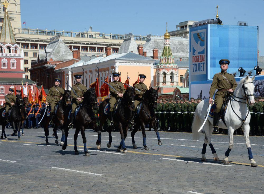 Militares vestidos de uniforma militar da época da Segunda Guerra Militar durante o ensaio geral da parada militar em homenagem ao 70º aniversário da vitória na Segunda Guerra Mundial de 1941-1945.