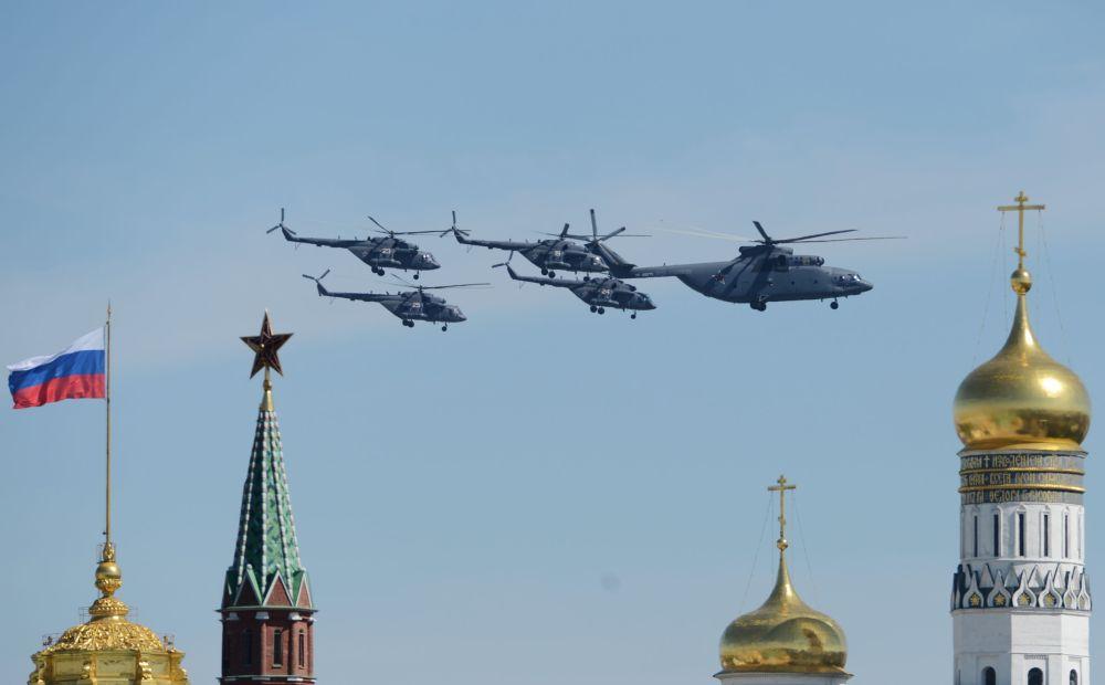 Helicópteros de transporte Mi-26 e helicópteros Mi-8 durante o ensaio geral da parada militar em homenagem ao 70º aniversário da vitória na Segunda Guerra Mundial de 1941-1945.