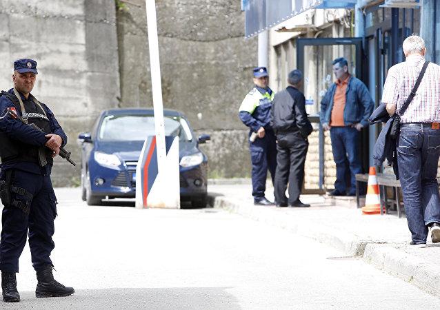 Policiais em frente a uma delegacia da cidade de Zvornik, na Bósnia (foto de arquivo)