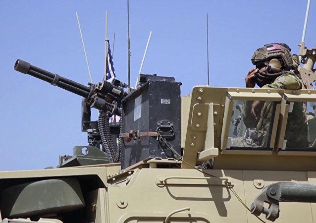 Em 29 de abril de 2017 foi tirada a foto que mostra o soldado norte-americano no veículo armado na aldeia de Darbasiyah, Síria