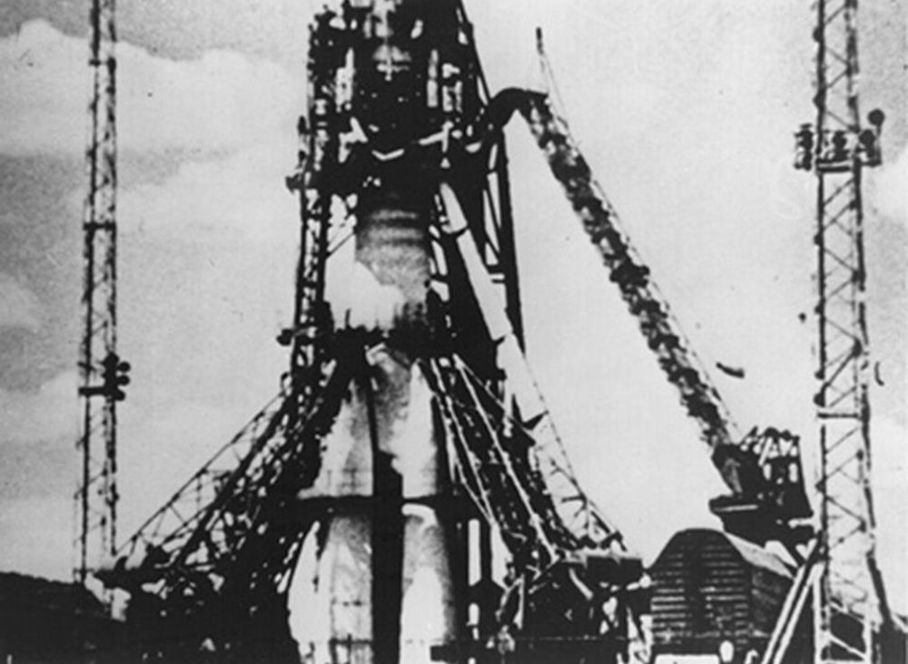 O foguete R-7 com o Sputnik 1 a bordo