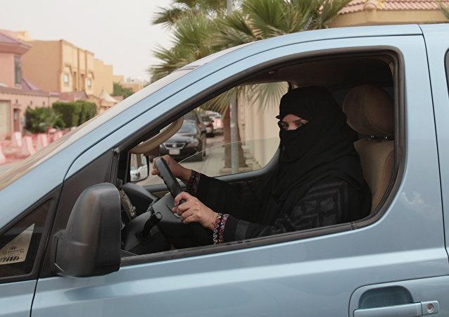 Mulher ao dirigir o carro na Arábia Saudita