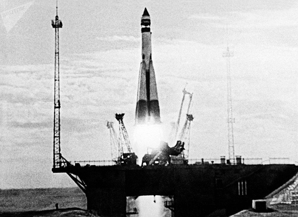Imagem de um documentário mostrando o lançamento do primeiro satélite artificial da Terra