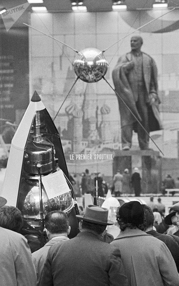 Maqueta do Sputnik na seção soviética da Feira Mundial de Bruxelas