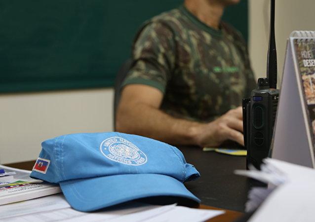 Boné de um pacificador das Nações Unidas no Haiti.