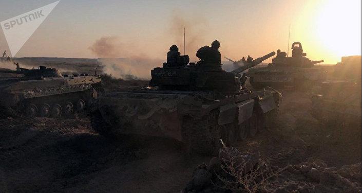 Tanques do exército sírio na posição de combate em Deir ez-Zor