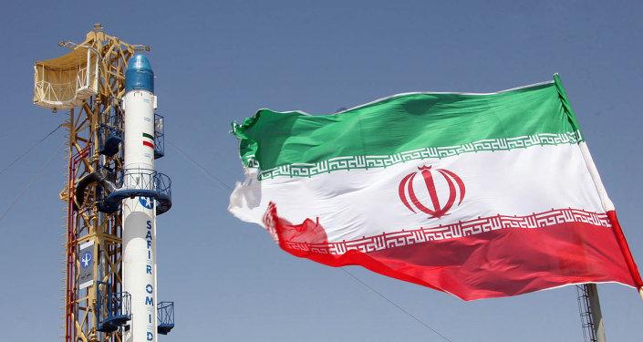 A bandeira do Irã em frente do foguete Safir Omid antes do seu lançamento