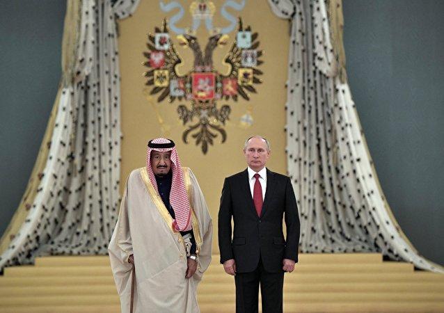 Presidente russo Vladimir Putin e o rei saudita Salman bin Abdulaziz Al Saud