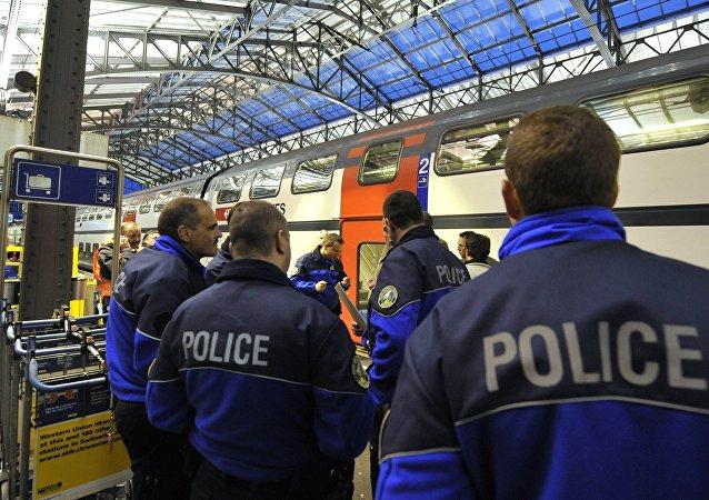 Agentes de polícia na plataforma da Estação Central de Lausanne, na Suíça