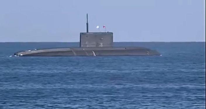 Submarino Rostov-na-Donu da Frota do Mar Negro da Marinha russa prepara-se para lançar mísseis de cruzeiro Kalibr pela primeira vez em imersão