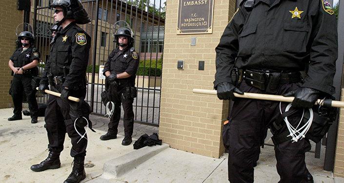 Polícia guarda a entrada na embaixada da Turquia em Washington, EUA