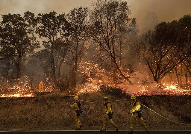 Incêndio nos arredores de Oroville, Califórnia