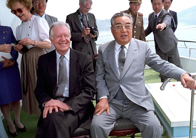 Jimmy Carter ao lado de Kim Il-sung, fundador da Coreia do Norte, em 1994, semanas antes da morte do avô de Kim Jong-un