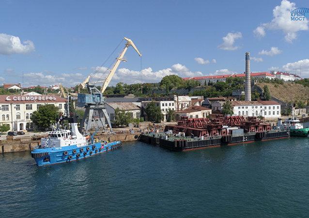 Navios no estreito de Kerch que liga o mar Negro e o mar de Azov, Rússia