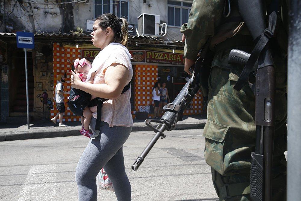 Ainda segundo a PM, um fuzil AK-47 foi aprendido na Rocinha nesta terça