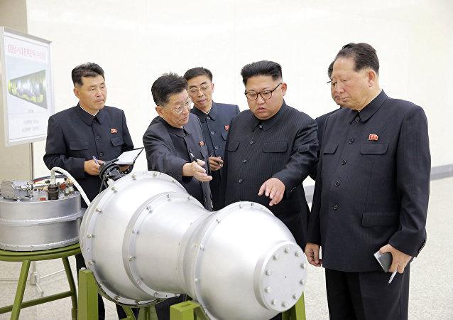 Líder norte-coreano Kim Jong-un supervisiona o que seria uma versão miniaturizada de uma bomba de hidrogênio, ainda mais potente do que uma bomba atômica