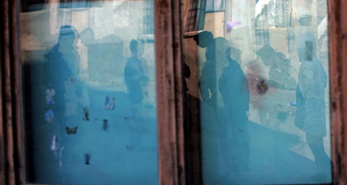 Silhuetas de crianças vistas na janela, Kosovo