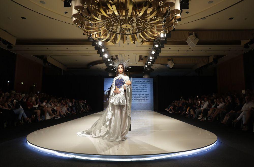 Durante o show de moda Jasmin Goddess, no Líbano, uma modelo apresenta um vestido da designer Manal Ajaj