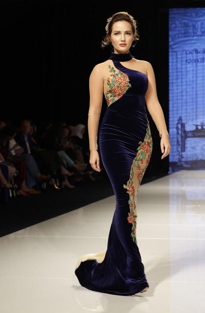 Durante o show de moda Jasmin Goddess, no Líbano, modelo apresenta um vestido da criadora Manal Ajaj