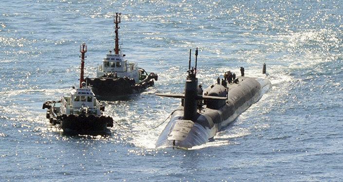 Submarino nuclear norte-americano USS Michigan se aproximando da base naval de Busan, Coreia do Sul, 13 de outubro de 2017
