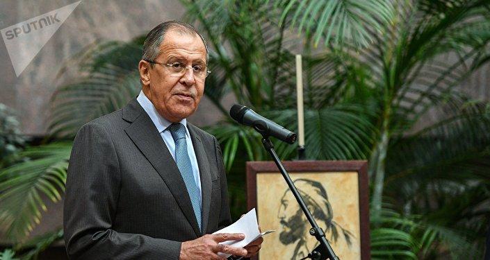 O ministro das Relações Exteriores da Rússia, Sergei Lavrov, participa de um evento em homenagem a Fidel Castro no prédio do ministério em Moscou, 13 de outubro de 2017