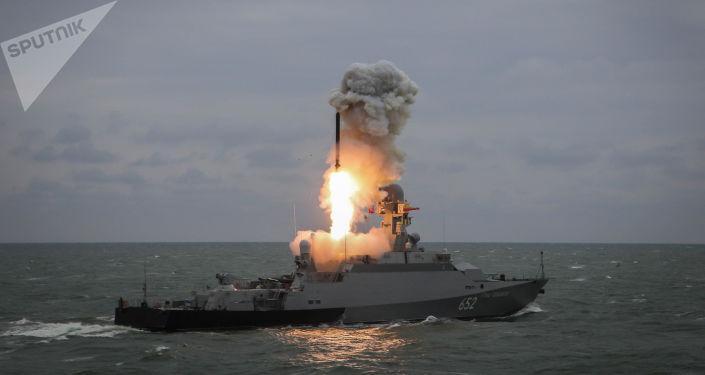 Navio ligeiro de mísseis Grad Sviyazhinsk dispara míssil Kalibr