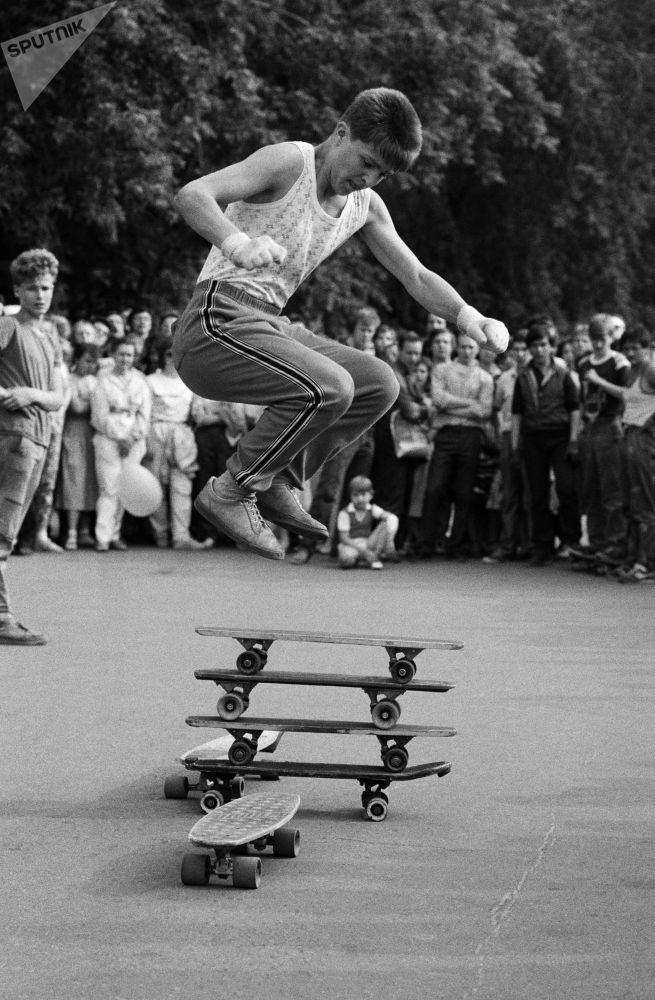 Participante do Festival Moskovsky Komsomolets mostra sua habilidade em skate